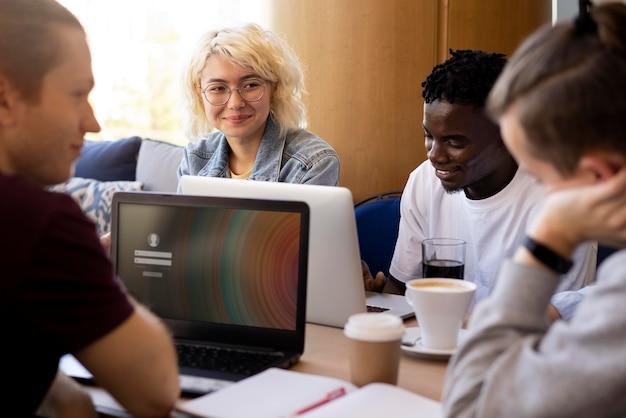 Jóvenes adultos reunidos para estudiar