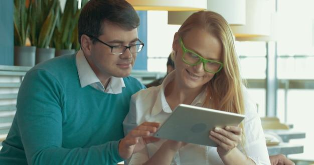 Jóvenes con almohadilla eligiendo algo en internet