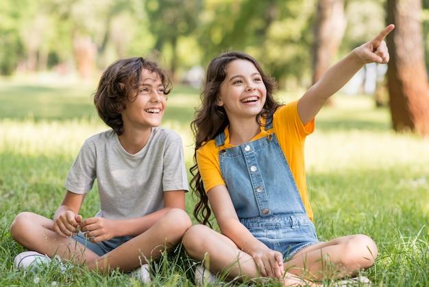 Jóvenes amigos apuntando al aire libre