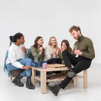 Jóvenes amigos bebiendo vino