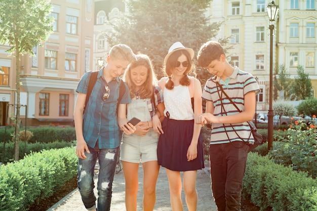 Jóvenes amigos caminando en la ciudad