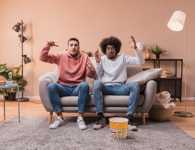 Jóvenes amigos en casa en el sofá