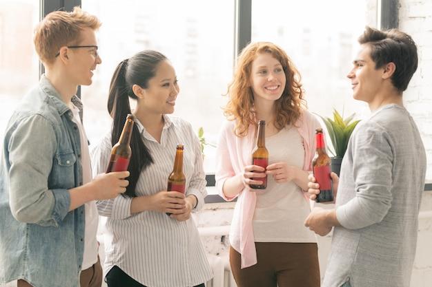 Jóvenes amigos con cerveza