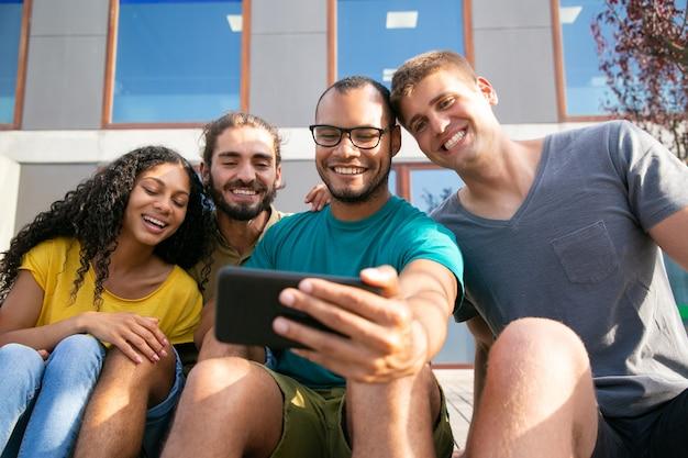 Jóvenes amigos durante el chat de video a través de un teléfono inteligente
