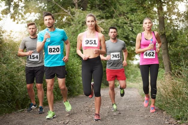Jóvenes amigos corriendo durante una maratón