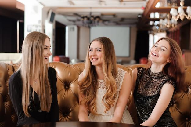Jóvenes amigos discuten y descansan en un café