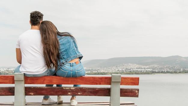 Jóvenes amigos disfrutando de la vista de la naturaleza