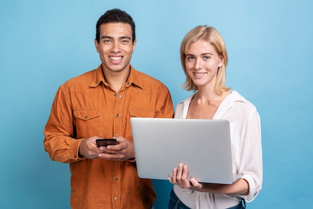 Jóvenes amigos con dispositivos electrónicos