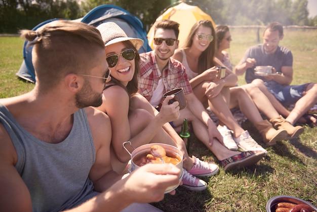 Jóvenes amigos divirtiéndose en el campamento.