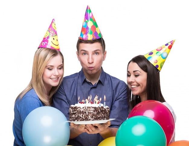 Jóvenes amigos divirtiéndose en la fiesta de cumpleaños.