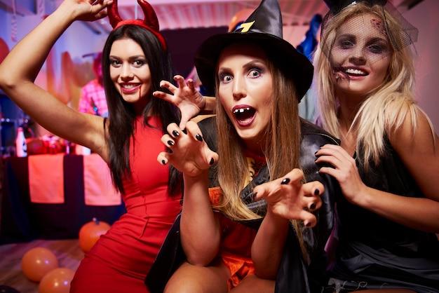 Jóvenes amigos divirtiéndose en la fiesta de halloween