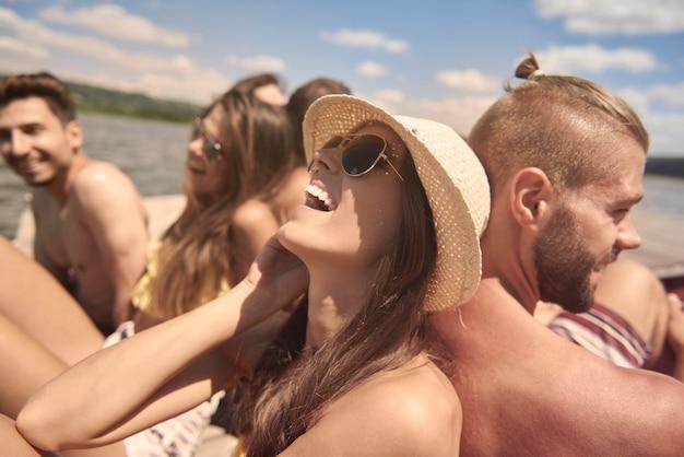 Jóvenes amigos divirtiéndose en el lago