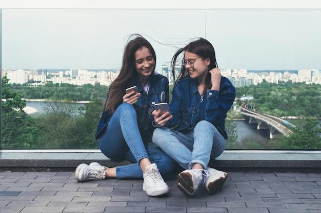Jóvenes amigos divirtiéndose con smartphone