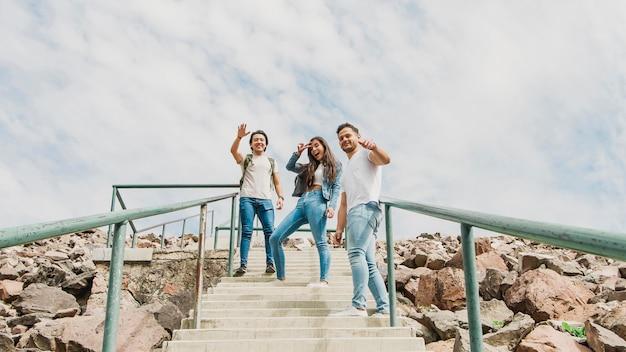 Jóvenes amigos explorando la naturaleza