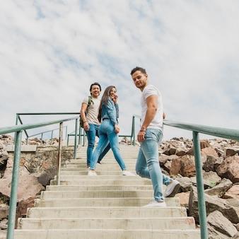 Jóvenes amigos explorando