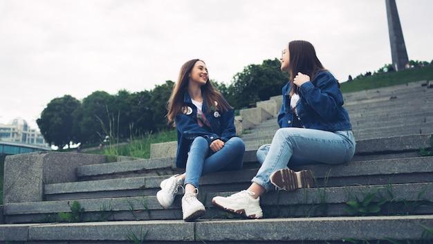Jóvenes amigos hablando y divirtiéndose en un parque