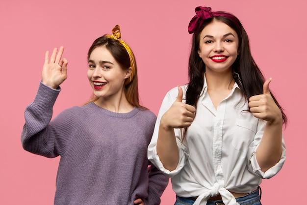 Jóvenes amigos hermosos posando con positividad