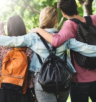 Jóvenes amigos con mochilas
