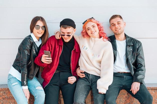 Jóvenes amigos posando mientras toman selfie