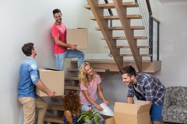 Jóvenes amigos que se mudan a una casa nueva