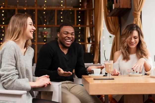 Jóvenes amigos riéndose juntos