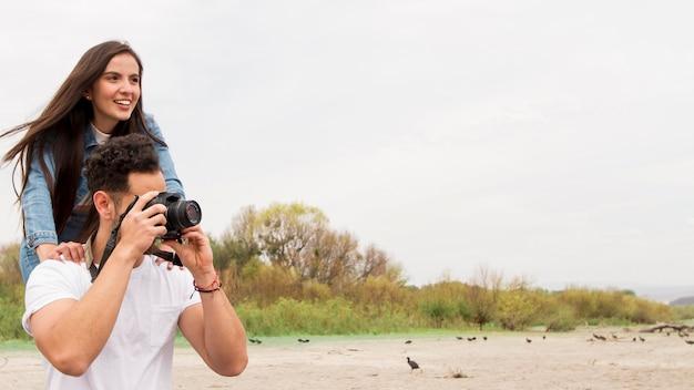 Jóvenes amigos tomando fotos de la naturaleza