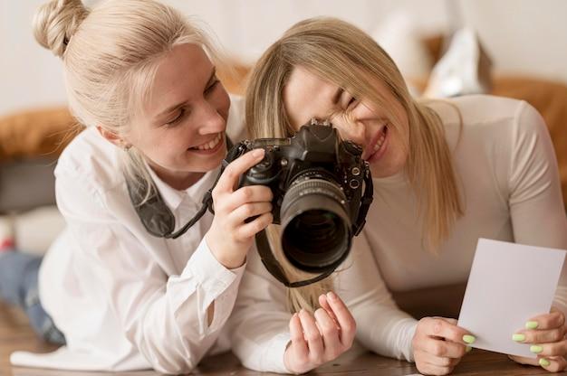 Jóvenes amigos usando una cámara profesional