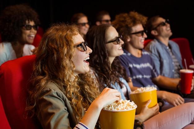 Jóvenes amigos viendo una película 3d