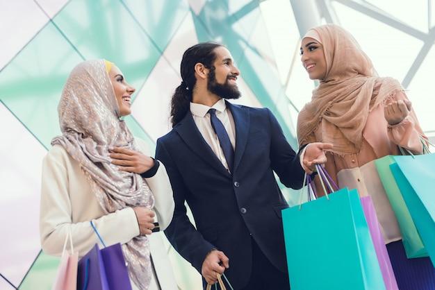 Jóvenes árabes de compras en el moderno centro comercial.