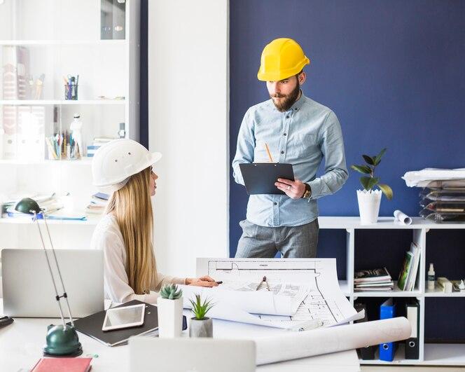 Jóvenes arquitectos que trabajan en la oficina