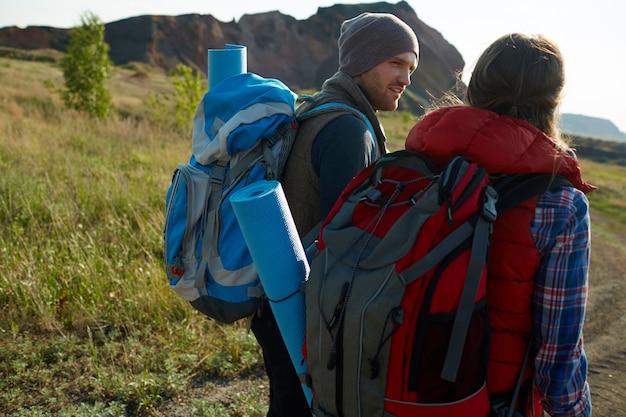 Jóvenes aventureros en las montañas
