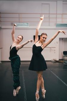 Jóvenes bailarinas practicando en el estudio de baile