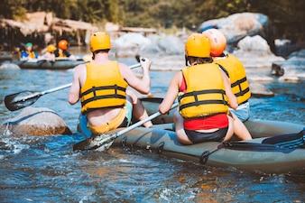 Jóvenes en balsa en un río.