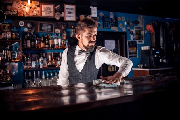 Los jóvenes bartenders sorprenden con su barra de habilidades a los visitantes de la discoteca