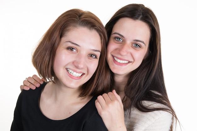 Jóvenes y bellas hermanas en amistad aislado