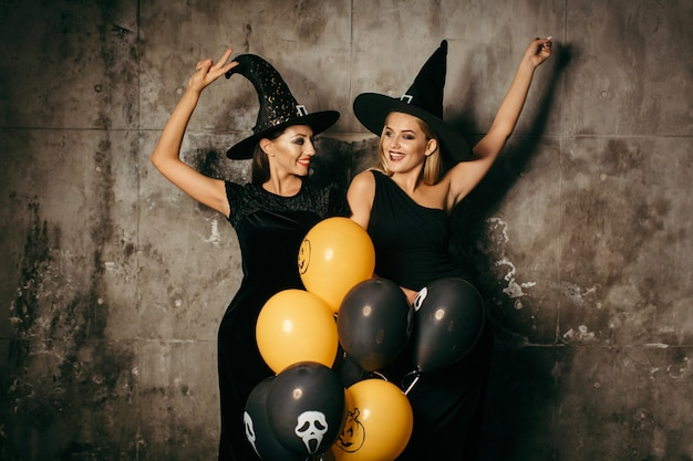Jóvenes brujas con globos