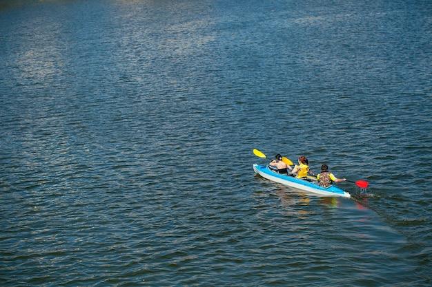 Jóvenes en canoas. vacaciones familiares.