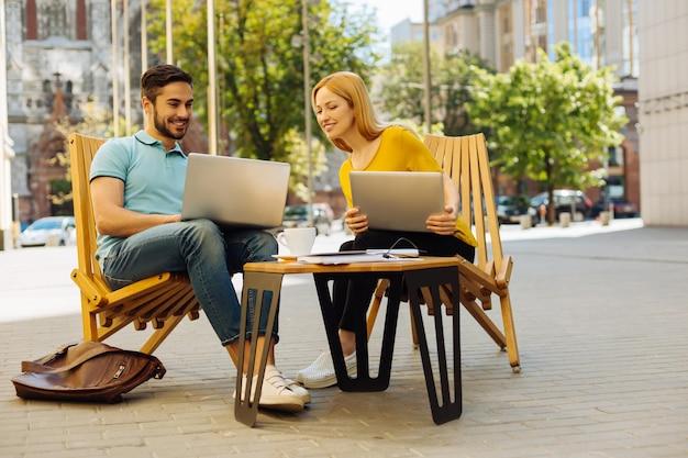 Jóvenes carismáticos discutiendo y divirtiéndose en el café
