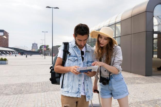 Jóvenes casados en la estación de tren.
