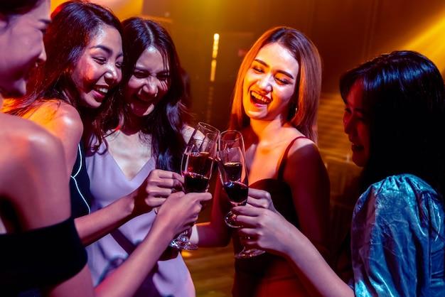 Jóvenes celebrando una fiesta, bebida y baile.