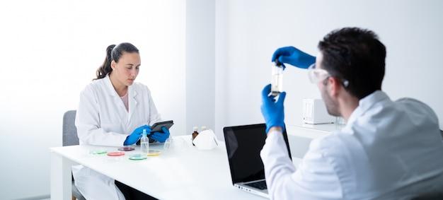 Jóvenes científicos que trabajan en un moderno laboratorio de ciencias biológicas.