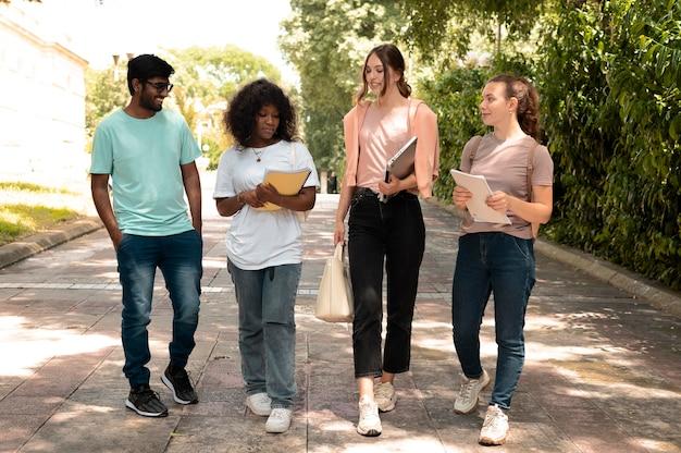 Jóvenes colegas que estudian juntos para un examen universitario