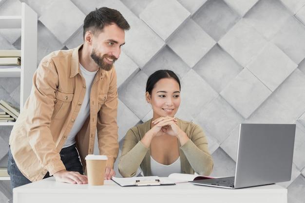 Jóvenes compañeros de trabajo colaborando en el trabajo