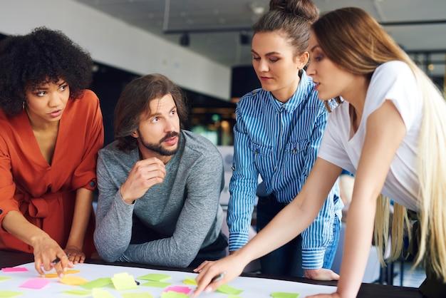 Jóvenes compañeros de trabajo compartiendo conceptos juntos