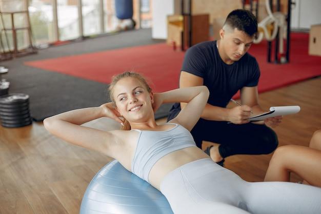 Jóvenes deportistas entrenando en un gimnasio matutino