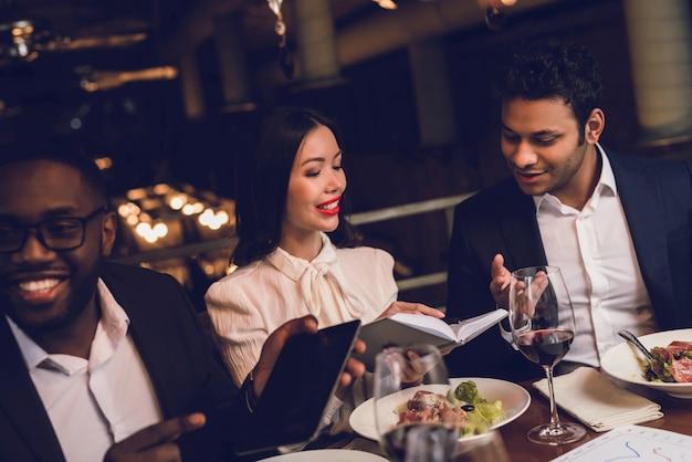 Los jóvenes descansan en un restaurante.