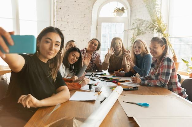 Jóvenes discutiendo sobre los derechos de las mujeres y la igualdad en la oficina.