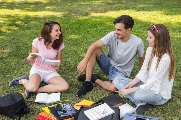 Jóvenes se divierten mientras estudia