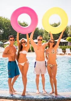 Jóvenes divirtiéndose en la piscina.