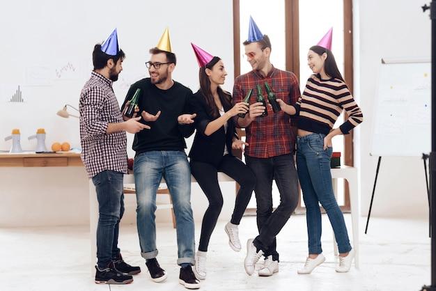 Jóvenes empleados de la empresa celebran vacaciones.